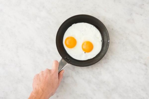 Eieren bakken en op smaak brengen