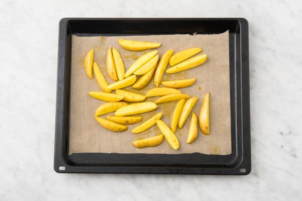 Enfourner les pommes de terre