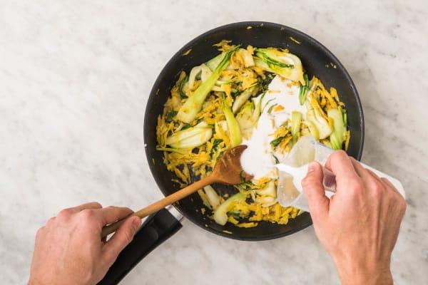 Curry maken met currypasta, kokosmelk en de groenten