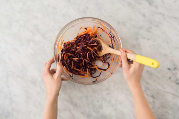 Mélanger le coleslaw