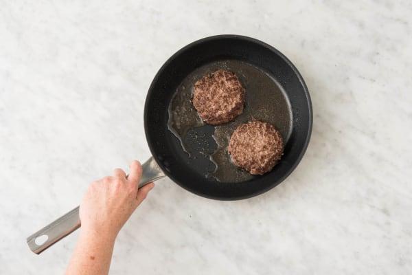 Cuire le steak et caraméliser les endives