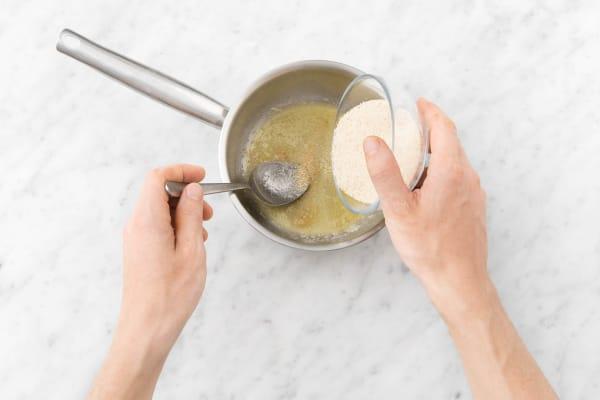Semmelbrösel in die Butter geben