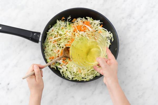 Kohl-Karotten-Mischung darin mit heißer Fleischbrühe übergießen