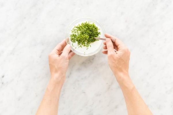 Joghurt mit Minze glattrühren.