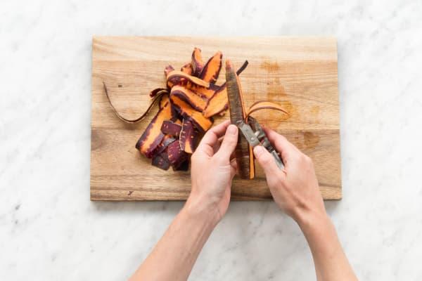 Karotte schälen und mit einem Sparschäler in feine Streifen hobeln