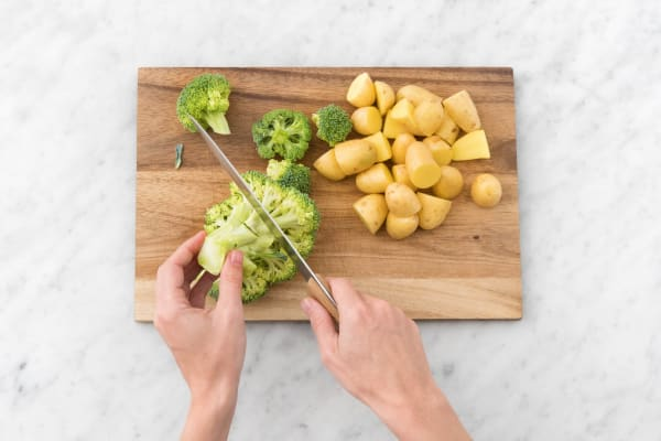 Brokkoli in Röschen schneiden.