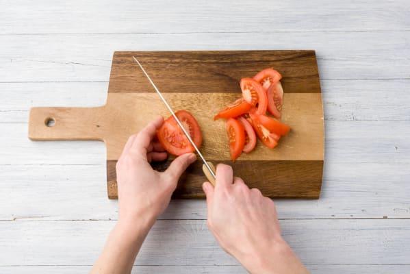 Tomaten in Spalten schneiden