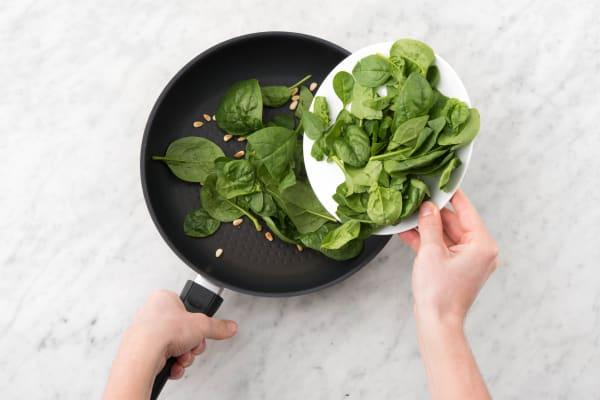Baby-Spinat portionsweise zufügen