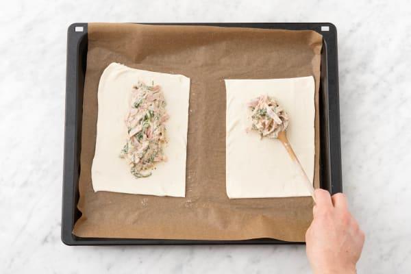 Spinat-Schinken-Füllung gleichmäßig mittig auf beiden Teigstücken verteilen