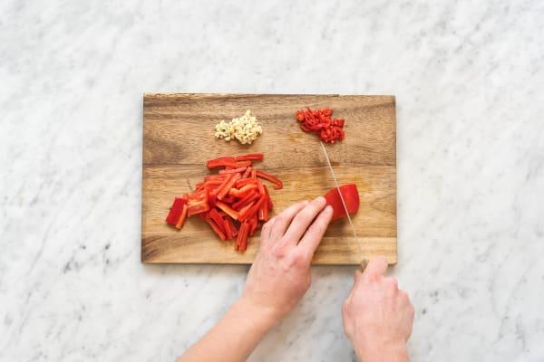 Paprika in Streifen schneiden
