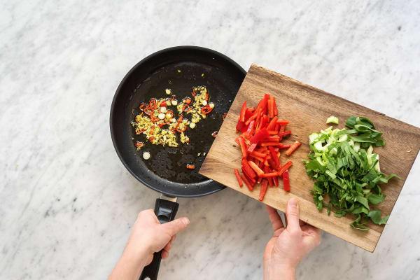 Paprika- und Pak-Choi-Streifen scharf anbraten