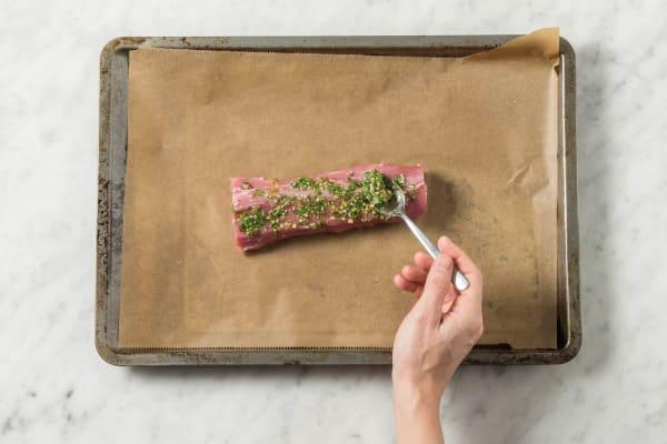 Dukkah-Kräutermischung auf das Filet streichen