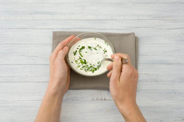Joghurt-Dip anrühren