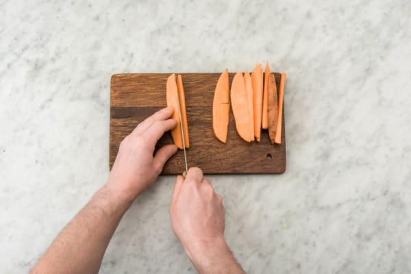 Süßkartoffel schälen und in dünne Spalten schneiden