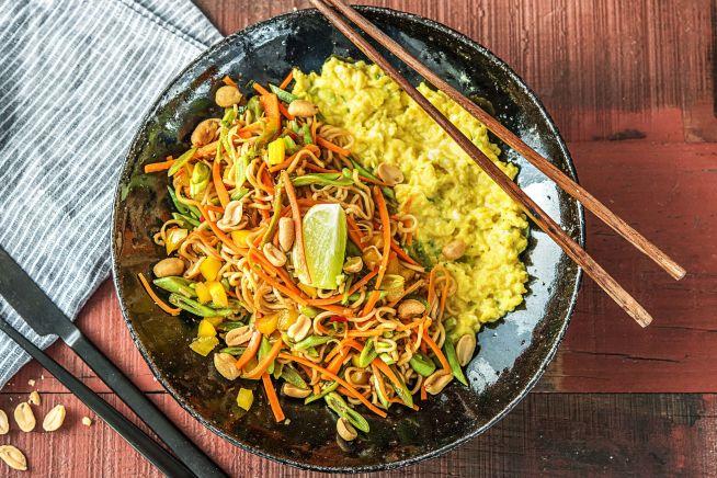 Aziatische noedels met roerei en pinda's