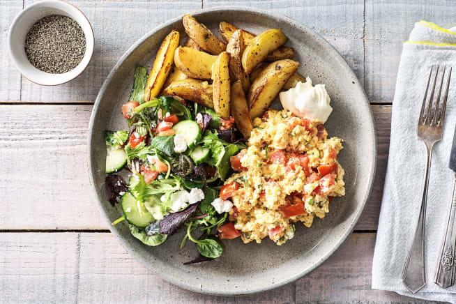 Blije kip leverancier - Rijkgevuld roerei met salade