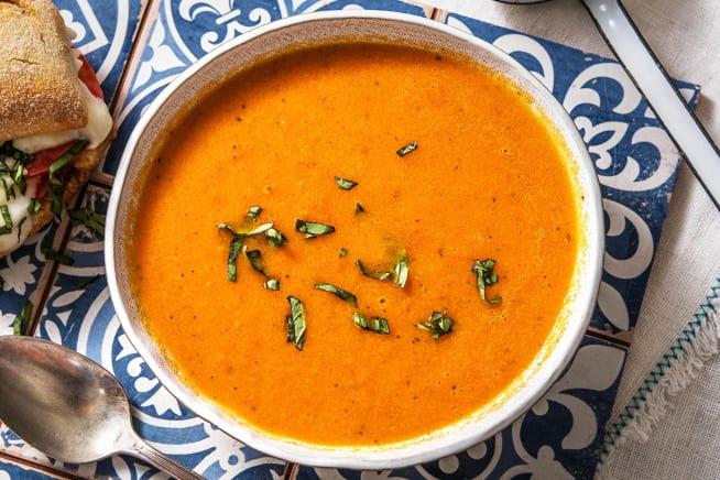 Vegetarische recepten - Tomatensoep en warm broodje met buffelmozzarella