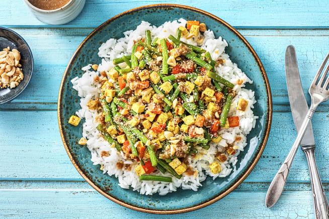 Tofu épicé, riz et sauce aux cacahuètes