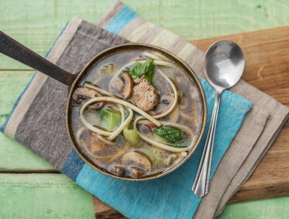 Soupe de nouilles japonaise, filet de poulet et champignons blonds