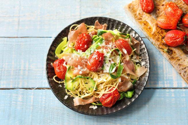 Spaghetti met serranoham en courgettelinten