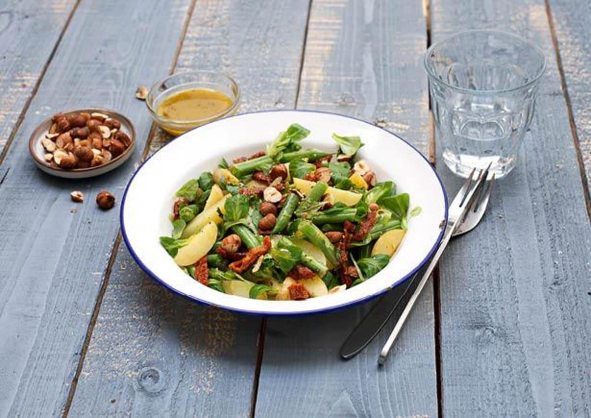Warme krieltjessalade met zongedroogde tomaten en hazelnoten