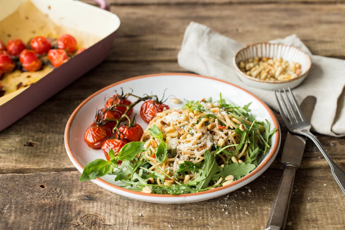 Spaghetti aglio olio met grana padano en pijnboompitten