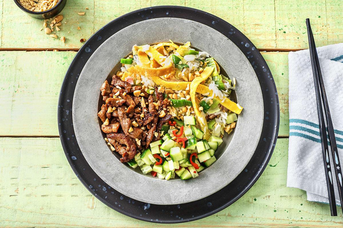 Riz Saute A La Chinoise Au Porc Marine Avec Du Jambon De L Omelette Et Des Concombres Aigres Doux