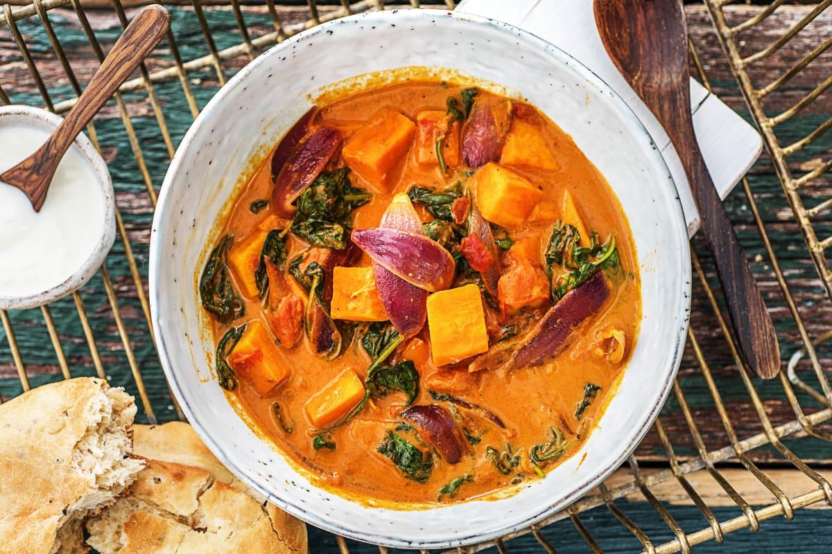 Indisches Süßkartoffel Korma Curry Mit Babyspinat Kokosmilch Und Naan Brot