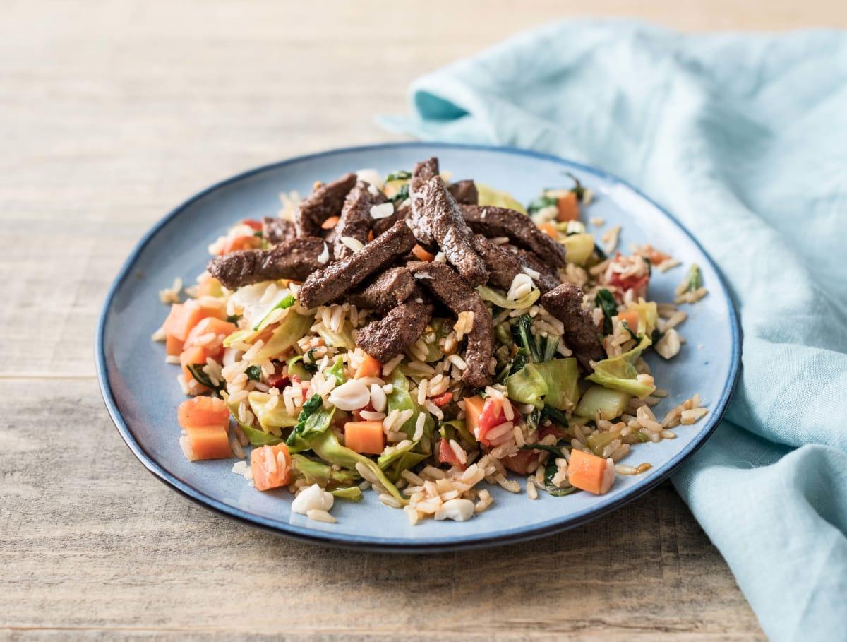 Nasi met gekruide biefstukreepjes en Oosterse groentemix