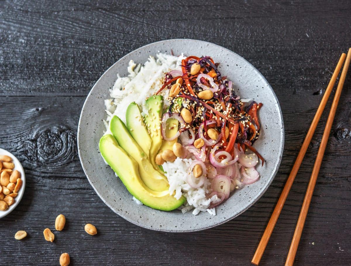 Rijstkom met knapperige groenten, sesamzaadjes en pinda's