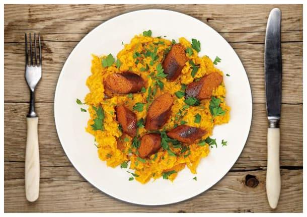 Chorizo-Vegan-Bratwurst mit feinem Süßkartoffel-Karottenstampf
