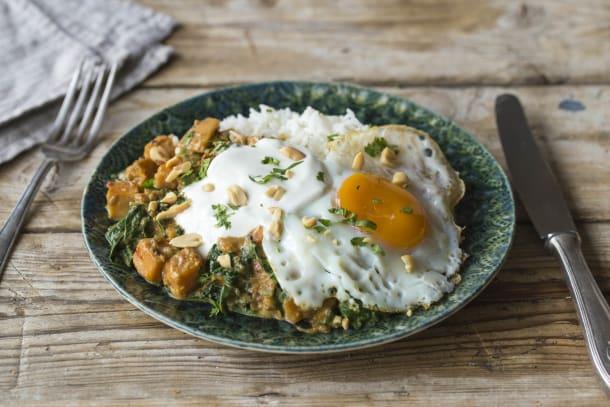 Spinazie-bataatcurry met pinda's en yoghurt