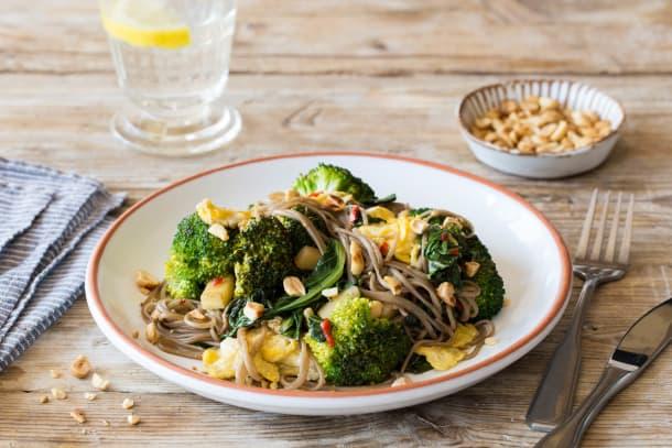 Pad thai met choisam, broccoli, kruidige tofu en pinda's
