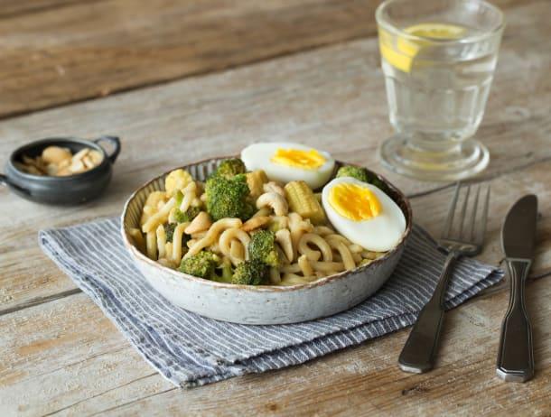 Groene curry met broccoli, babymaïs en udonnoedels