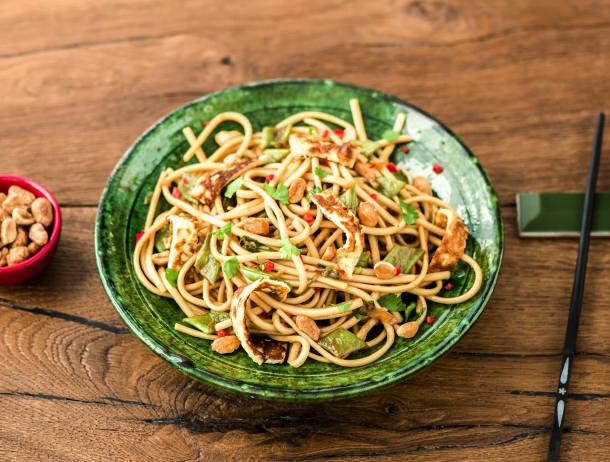 Thaise noedels met snijbonen en zoete honingpinda's