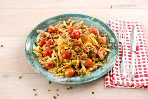 Gebratene Spätzli mit Tomaten-Rahm-Sauce