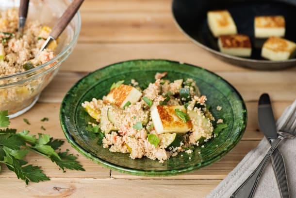 Knusprige Halloumi mit buntem Couscous-Salat