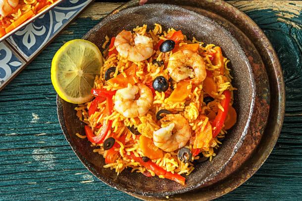Plat de riz à l'espagnole, crevettes et olives