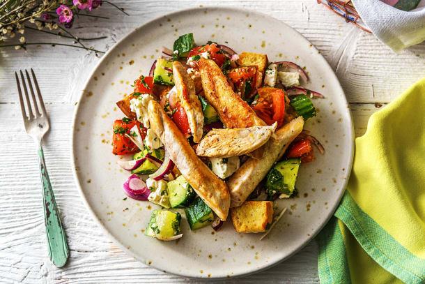 Putenbrust auf griechischem Salat