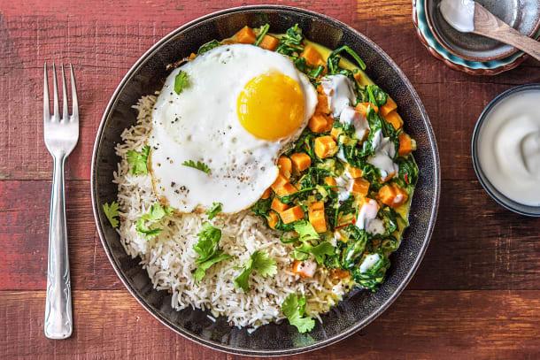 Curry d'épinards et de patates douces, œuf au plat et yaourt