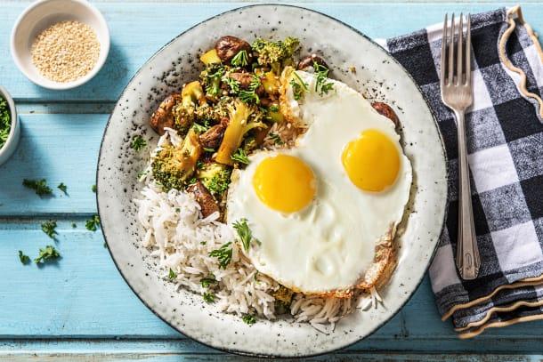 Légumes à la sauce soja sucrée et œuf au plat