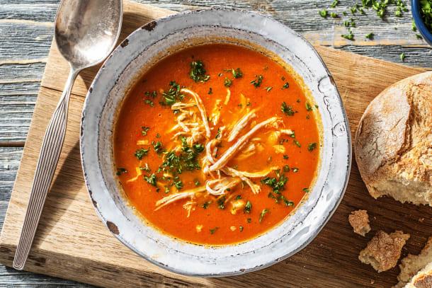 Soupe de tomate et de poivron au filet de poulet poché