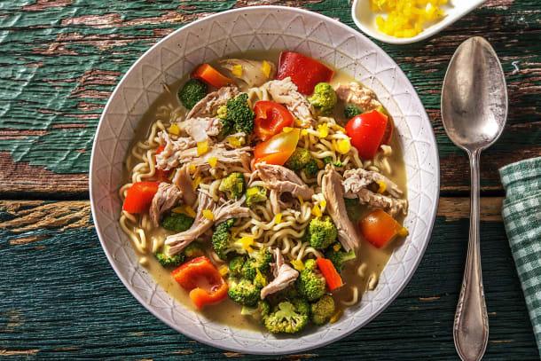 Soupe de nouilles au curry et à l'effiloché de poulet.