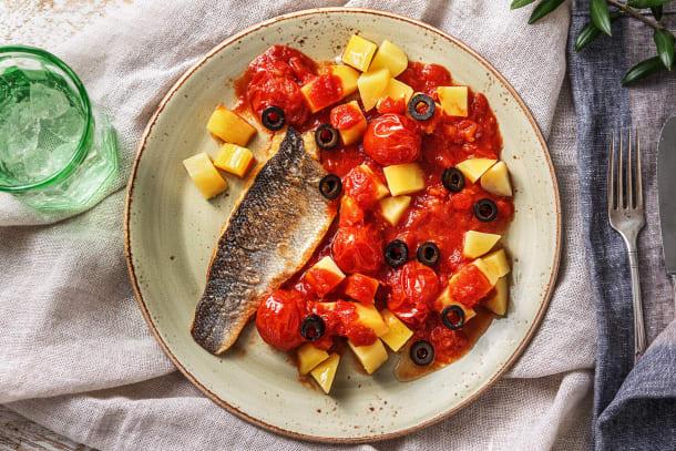 Filet de bar et pommes de terre à la sauce tomate