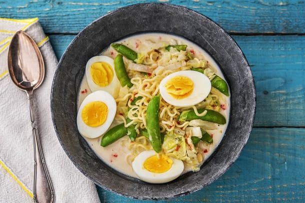 Soupe de nouilles à la noix de coco et aux sugar snaps