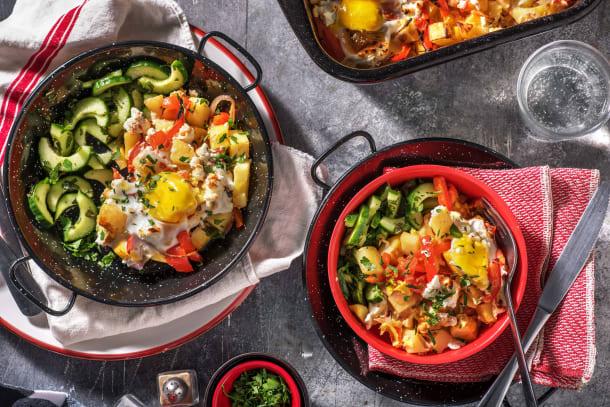 Plat de légumes au four avec œufs et chèvre