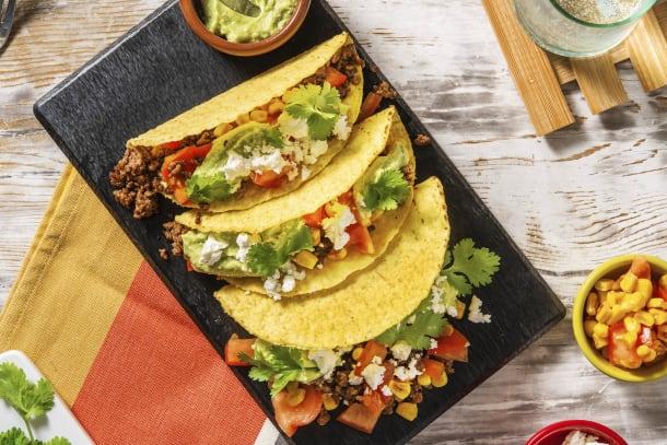 Mexicaanse taco's met gehakt en avocado-fetasaus