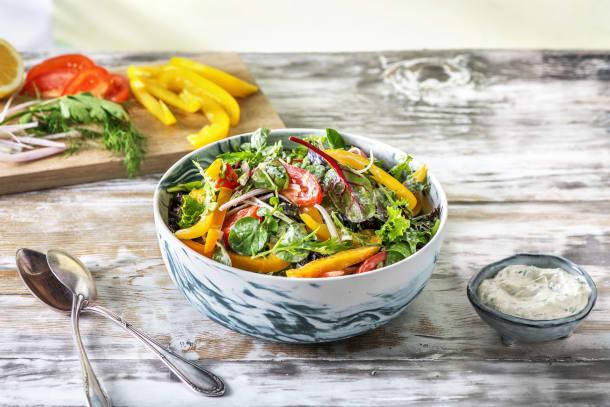 Bunter Salat mit cremigem Kräuterdressing