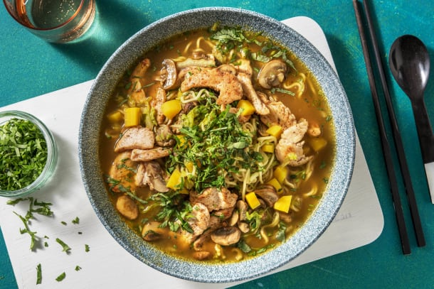 Soupe de nouilles à la thaïlandaise au poulet et à la carotte jaune