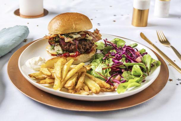Burger de sanglier sauvage, frites et salade de pommes et chou rouge